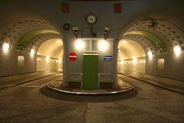 Walking tour Old Elbe Tunnel in Hamburg